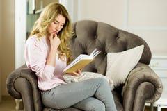 bei giovani della lettura della ragazza del libro Immagine Stock Libera da Diritti
