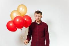 Bei giovani felici caucasici su fondo bianco Festa, concetto del partito Immagine Stock
