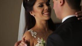 Bei giovani sposa e sposo delle coppie in un vestito da sposa archivi video