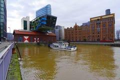 Bei Hochwasser de Medienhafen Düsseldorf Fotografía de archivo