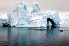 Bei iceberg antartici con zodiaco nella parte anteriore Immagine Stock