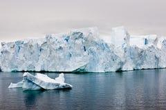 Bei iceberg antartici con zodiaco nella parte anteriore Immagini Stock