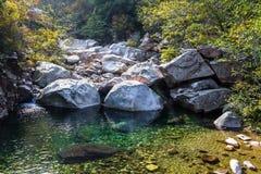 Bei Jiu Shui slinga i höst, Laoshan berg, Qingdao, Kina royaltyfria foton