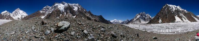 Bei K2 ed il vasto picco da Concordia nel picco di montagna di PakistanMitre delle montagne di Karakorum a Concordia si accampano fotografie stock libere da diritti