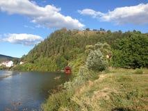 Bei lago e collina Immagine Stock Libera da Diritti