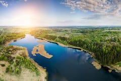 bei lago e foresta da sopra fotografia stock