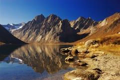 Bei lago e montagna Fotografia Stock