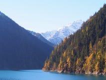 Bei lago e montagna Jiuzhaigou Natura riservata Nationa Immagini Stock