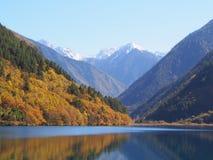 Bei lago e montagna Jiuzhaigou Natura riservata Nationa Fotografia Stock