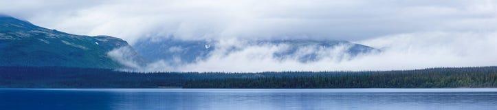 Bei lago, nuvole e montagne blu Fotografie Stock Libere da Diritti
