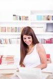 Bei libri di lettura della ragazza del bibliotecario Immagine Stock Libera da Diritti