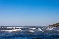 Bei mare del cielo blu del paesaggio e spiaggia delle onde fotografia stock libera da diritti
