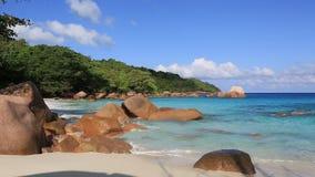 Bei massi del granito in Oceano Indiano sul video d archivio