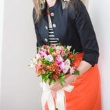 Bei mazzi dei fiori pronti per la grande cerimonia di nozze immagine stock libera da diritti