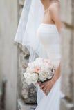 Bei mazzi dei fiori pronti per la grande cerimonia di nozze Immagini Stock