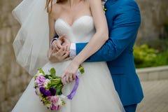 Bei mazzi dei fiori pronti per la grande cerimonia di nozze fotografie stock