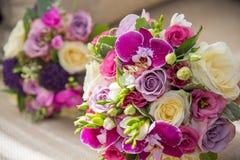 Bei mazzi delle rose bianche e porpora, delle orchidee viola e delle fresie Fotografia Stock