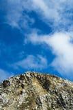 Bei montagna e cielo lungo la strada principale 1, California Immagini Stock
