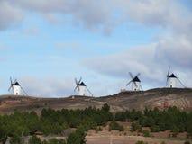 Bei mulini a vento molto vecchi e che descrive un paesaggio molto spagnolo fotografie stock libere da diritti