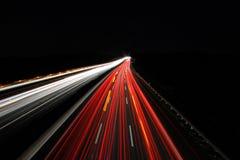 Bei Nacht/autopista sin peaje del Autobahn en la noche imagenes de archivo