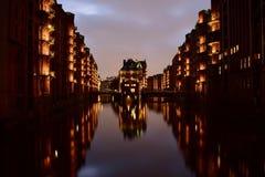 Bei Nacht Speicherstadt Amburgo Germania di Wasserschloesschen fotografie stock libere da diritti