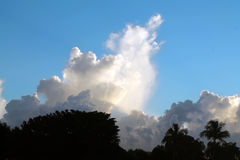 Bei nuvole e cielo Immagini Stock
