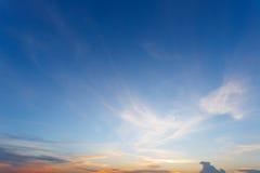 Bei nuvole e cielo al tramonto fotografia stock