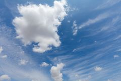 Bei nuvole e cielo blu bianchi 82 Immagine Stock Libera da Diritti