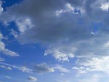 Bei nuvole e cielo blu un giorno soleggiato Immagine Stock