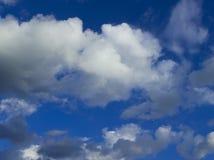 Bei nuvole e cielo blu un giorno soleggiato Fotografia Stock Libera da Diritti