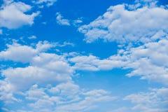 Bei nuvole e fondo del cielo blu Immagini Stock
