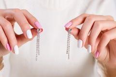 Bei orecchini con i cristalli Fotografie Stock Libere da Diritti