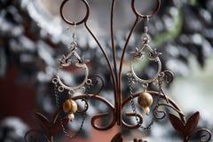 Bei orecchini femminili romantici Fotografie Stock Libere da Diritti