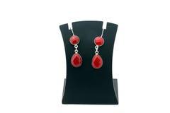 Bei orecchini rossi dell'argento della pietra preziosa fotografia stock