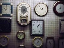 Bei orologi di parete che mostrano tempo immagini stock libere da diritti