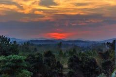 Bei paesaggi con il tramonto ed il cielo blu immagine stock