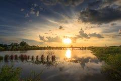 Bei paesaggi con il tramonto ed il cielo blu fotografie stock libere da diritti