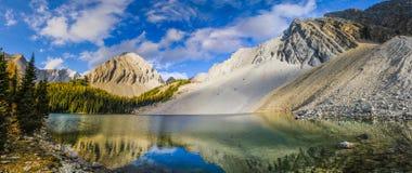 Bei paesaggi della montagna di caduta Immagini Stock