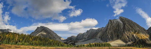Bei paesaggi della montagna di caduta Immagine Stock