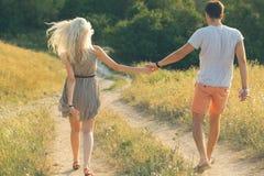 Bei paesaggio e coppie felici della gente all'aperto nello spirito di amore Fotografie Stock