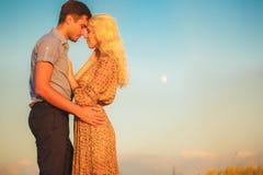 Bei paesaggio e coppie felici della gente all'aperto nello spirito di amore Immagini Stock