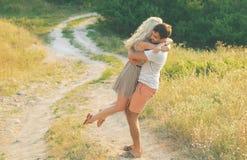 Bei paesaggio e coppie felici della gente all'aperto nello spirito di amore Fotografia Stock Libera da Diritti