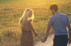 Bei paesaggio e coppie felici della gente all'aperto nello spirito di amore Fotografie Stock Libere da Diritti