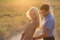 Bei paesaggio e coppie felici della gente all'aperto nello spirito di amore Immagini Stock Libere da Diritti