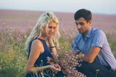 Bei paesaggio e coppie felici della gente all'aperto nello spirito di amore Immagine Stock