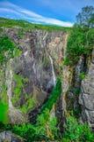 Bei paesaggio e paesaggio della scogliera della cascata, Norvegia Immagini Stock