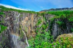 Bei paesaggio e paesaggio della scogliera della cascata, Norvegia Fotografie Stock Libere da Diritti