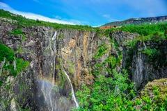 Bei paesaggio e paesaggio della scogliera della cascata, Norvegia Immagine Stock