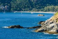 Bei paesaggio e tropicale sopra il mare ed il capo blu con il peschereccio, l'yacht o la barca a vela nei precedenti e nel capo f Fotografia Stock Libera da Diritti
