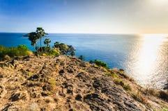 Bei paesaggio e tropicale sopra il mare ed il capo blu con la barca a vela nella priorità alta del capo della roccia e del fondo  Fotografia Stock Libera da Diritti